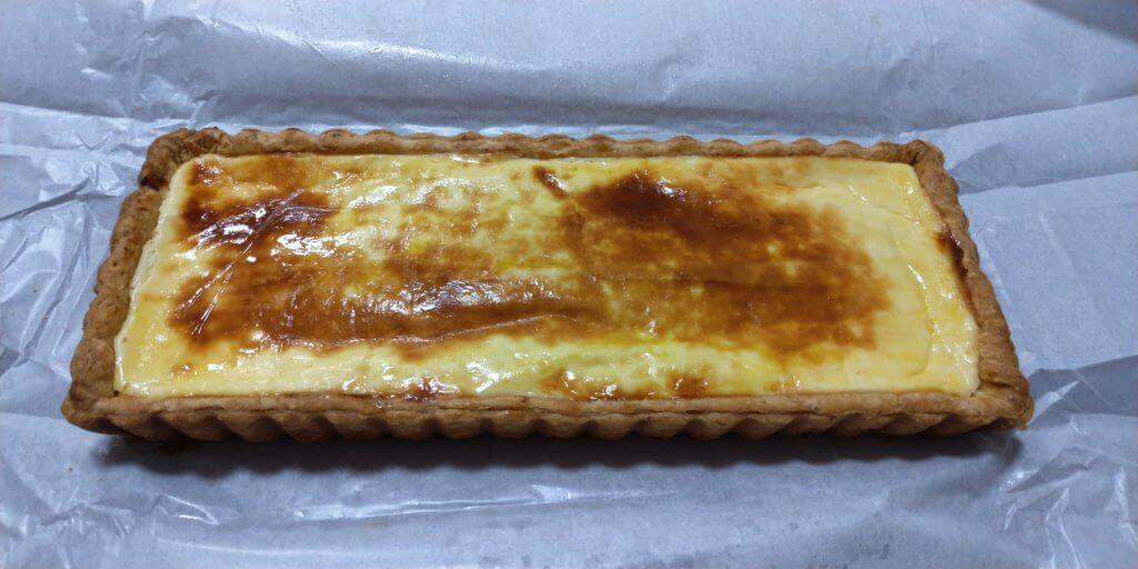 一厘のチーズケーキの包みを開いたところの写真