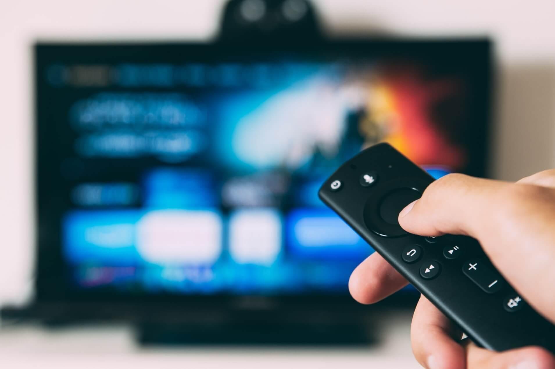 テレビでオンデマンド作品を選択する様子