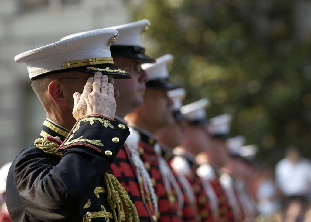 敬礼する兵士たち